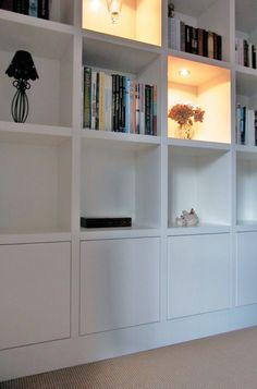 Boekenwand met mooie vierkante hokjes en dichte kasten