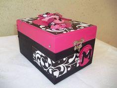 Linda caixa em madeira, decorada por dentro e por fora para organizar toda maquiagem. <br>Personalizada e feita nas cores desejadas.