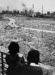 戦後間もない八幡製鉄所周辺の様子。住宅街は8月8日の空襲で焼け野原になった=1945年10月撮影