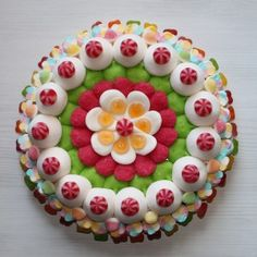 This is a candy cake but i wonder if you could the same thing with a gelled salad decorated with egg slices, tomatoes, pickles, mozza balls etc Candy Pop, Candy Party, Marshmallow Cake, Bar A Bonbon, Candy Cakes, Candy Bouquet, Cake Decorating Techniques, Novelty Cakes, Candy Store