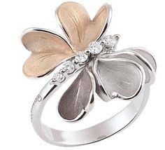 Золотое кольцо, которое вызывает восхищение. Удивительное воплощение ювелирного мастерства, тонкая работа передает легкость и воздушность лепестков или нежность крыльев бабочки. Кажется, что сейчас этот цветок взмахнет своими лепестками и упорхнет к облакам.