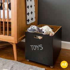 Os brinquedos do João Gabriel ganharam uma organização especial: a caixa de madeira se transformou em lousa para identificar os objetos. :) Projeto: Studio AR Design