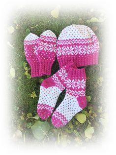 Det er vanskelig å sette en eksakt størrelse på strikk til barn, de er jo så forskjellige. Men teststrikket sett vil vel passe til rundt 3-5 år, sokkene er ca 27/28. Størrelsen kan reguleres med pinner og garn.
