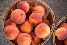 El melocotón, una fruta de temporada para apurar el verano, cargada de propiedades (y cinco recetas para que brille) Ensalada Caprese, Peach, Fruit, Mayo, Food, Perfume, Fields, Gourmet, Soup Bowls