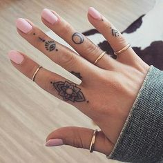 If you've been thinking about getting a tattoo, but are keen to opt for something subtle, small or tiny, then a delicate finger tattoo could be just for you. Finger tattoos are super adorable and beautiful on its own. Finger tattoos are fun to conc Trendy Tattoos, Cute Tattoos, Beautiful Tattoos, Body Art Tattoos, New Tattoos, Girl Tattoos, Tatoos, Awesome Tattoos, Buddha Tattoos