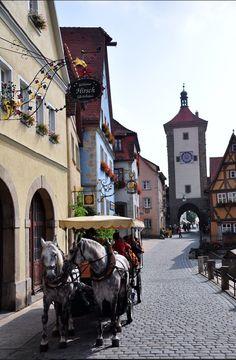 Fala a verdade se a região da Bavaria na Alemanha não parece um conto de fadas?  Essa é Rothenburg ob der Tauber @rothenburgtourism que é uma das muitas cidades medievais cercadas por muralhas da região. Mas além de ser super fofa e cheia de história, o que mais chama a atenção são as lojas de artigos natalinos que funcionam o ano todo e não só no período do Natal. Em especial há uma de enlouquecer que dá vontade de levar tudo: a Kaethe Wohlfart @kaethe_wohlfahrt que é imperdível !