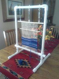 Rag rug loom -> PVC pipe to make frame to make rag rugs Navajo Weaving, Weaving Art, Weaving Patterns, Loom Weaving, Hand Weaving, Pvc Pipe Projects, Weaving Projects, Lathe Projects, Tapetes Diy