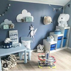 Blaue Wand im Kinderzimmer