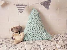 Original almofada triangular feita em croché circular! Em tom menta, uma cor suave e tendência em decoração.  Uma boa ideia para presentear quem mais