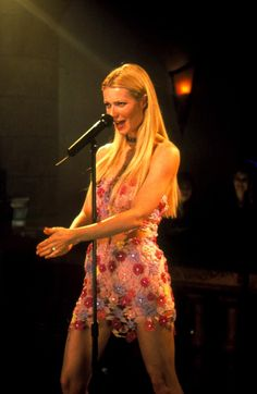 Gwyneth Paltrow is not only a talented actress - she can sing, too! Here's her mic she used for Crusin' on the Duets soundtrack, which spent a week on the number one spot on the adult contemporary chart! Mic is up for grabs now! Look Fashion, 90s Fashion, Vintage Fashion, Fashion Outfits, Gwyneth Paltrow, 90s Grunge Hair, Beautiful People, Pretty People, Divas