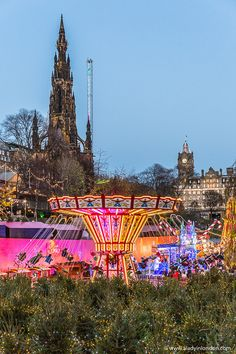 This Edinburgh Christmas market is huge. This guide to the best British Christmas markets covers the best Christmas markets in London, Edinburgh, and other cities in the UK. It covers UK Christmas markets when it comes to food, gifts, and more. The best Christmas markets in the UK are great. #christmas #christmasmarket #british #uk #edinburgh #scotland Christmas In Britain, Edinburgh Christmas Market, Best Christmas Markets, Christmas Travel, Edinburgh Travel, Visit Edinburgh, Edinburgh Scotland, Scotland Travel, Scotland Uk
