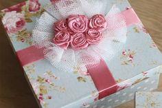 Caixa de convite para damas de honra. Caixinha revestida com tecido, fita de cetim e flores com renda. Saiba mais no blog clicando na foto!