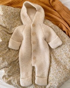 Selma's Sleep Suit is worked from the top down in garter stitch, first the hood and then the suit is worked. The yoke is shaped with raglan increases. Both the mitts and the booties can be folded back. Kids Knitting Patterns, Knitting For Kids, Baby Patterns, Knitting Projects, Crochet Patterns, Cute Babies Newborn, Crochet Baby, Knit Crochet, Suit Pattern