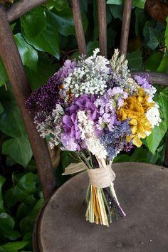 Ramo de novia con flores preservadas (hortensias, lavanda, …)y secas (limonium, trigo, siemprevivas, …)