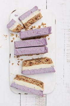 Raw blueberry and cashew coconut bars / Barrinhas de mirtilo, castanhas e coco Desserts Crus, Desserts Sains, Raw Desserts, Summer Desserts, Summer Recipes, Healthy Desserts, Raw Food Recipes, Sweet Recipes, Healthy Recipes