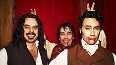 Zwariowana komedia o życiu współczesnych wampirów!  Grupa filmowców towarzyszy z kamerą mieszkańcom na pozór zwyczajnego domu. W rzeczywistości Viago, Deacon i Vladislav są wampirami, którzy na co dzień borykają się z zupełnie normalnymi, ludzkimi sprawami. http://news-today.eu/2018/06/16/co-robimy-w-ukryciu-2014-lektor-pl/