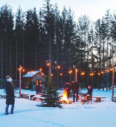 This Cozy Backyard Party Makes A Case For Outdoor Winter Entertaining - Modern Outdoor Parties, Outdoor Entertaining, Outdoor Fun, Outdoor Ideas, Winter Looks, Winter Fire, Cozy Winter, Winter Birthday Parties, Winter Parties