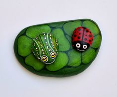 inserzione di Etsy su https://www.etsy.com/it/listing/183363107/hand-painted-stone-frog-and-leaf