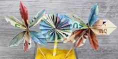 Ihr wollt zur Hochzeit Geld schenken aber die Scheinchen nicht einfach nur langweilig platzieren? Dann schaut euch die Anleitung für das Falten der Geldblumen und weitere tolle Ideen an!