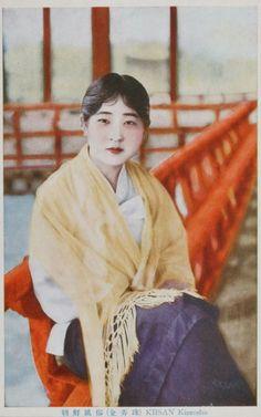 이엽서의 기생 이름은 김농주 남보라색 치마와 흰 저고리를 입고 숄을 걸친 김농주 20세기 초에 유행하던 화장법에 따라 앞이마를 살짝 덮은…