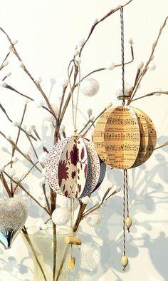 Des boules de Noël en papier faites maison.