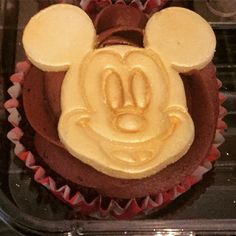 Golden Mickey Mouse cupcakes
