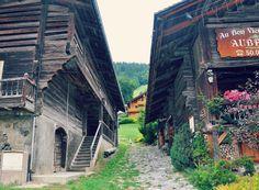 Chalets au Grand Bornand - France. A découvrir avec les Guides du Patrimoine des Pays de Savoie http://www.gpps.fr/Guides-du-Patrimoine-des-Pays-de-Savoie/Pages/Site/Visites-en-Savoie-Mont-Blanc/Genevois/Massif-des-Aravis/Le-Grand-Bornand