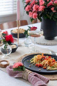 Mit der Genter Azalee und diesen Tipps gelingt Ihnen garantiert eine festliche Tafelinszenierung zur größten Überraschung Ihrer besseren Hälfte. Colorful Flowers, House Plants, Valentines Day, Table Settings, Table Decorations, Holiday, Flower Colors, Pretty Flowers, Advice