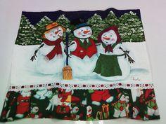 Pano de prato confeccionado em tecido de algodão ,pintado a mão, com detalhes em alto relevo, barrado com motivos natalinos e passa fita. Delicada pintura com riquíssimos detalhes. Ótimo exemplar para decoração em seu lar ou para presentear.