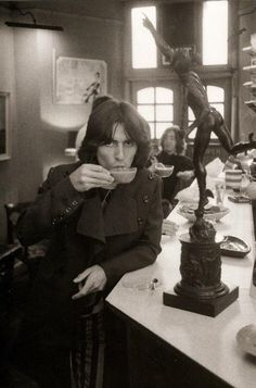 George Harrison by Don McCullin / Day in the Life of the Beatles. George Harrison and you can see John Lennon at the rear of the cafe. George Harrison, John Lennon, Beatles Love, Beatles Photos, Hello Beatles, Ringo Starr, Blues Rock, Great Bands, Cool Bands