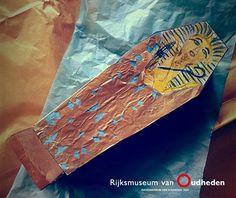 Via deze website vind je een knipplaat om een 3D-sarcofaag te knutselen.