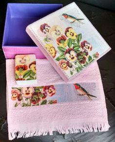 Decoupagem de guardanapo na caixa, toalha e sabonete, com pátina primitiva e customização com pérolas e renda. Confeccionado por Denise Gomes Machado.