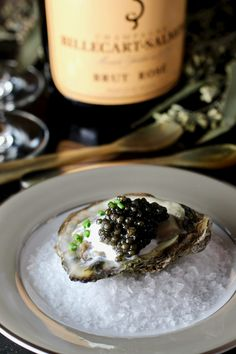 Holiday Entertaining: Oysters and Caviar - Taste With The Eyes Caviar Taste, Plateau Charcuterie, Coquille Saint Jacques, Elegant Dinner Party, Dinner Parties, Food Porn, Yummy Food, Tasty, Burger