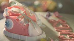 Her er lidt inspiration hvis du skal lave en dåbskage. Kagen er pyntet med lyserøde sko i fondant og små hortensia blomster - læs mere på http://blomsterkager.dk/?p=216