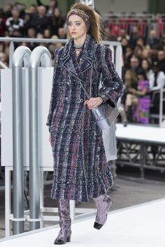 Chanel Fall 2017 Ready-to-Wear Collection Photos - Vogue Fashion Week, Fashion 2017, Runway Fashion, Fashion Show, Womens Fashion, Fashion Design, Vogue Fashion, Chanel Couture, Chanel Fall 2017