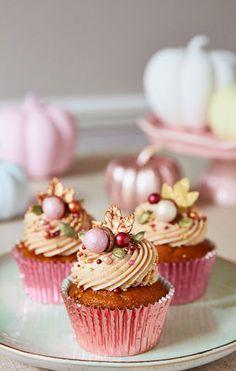 Peggy Porschen Cakes has a selection of Birthday cakes and cupcakes. Christmas Cupcakes, Christmas Desserts, Christmas Baking, Cupcakes Fall, Cupcake Recipes, Cupcake Cakes, Muffins, Peggy Porschen Cakes, Un Cake
