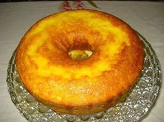 Massa: - 3 ovos - Suco de 2 laranjas - 1 xícara (chá) de óleo - 2 xícaras (chá) de açúcar - 3 xícaras (chá) de farinha de trigo - 1 colher (sopa) de fermento em pó - Calda: - Suco de 1 laranja - 3 colheres (sopa) de açúcar