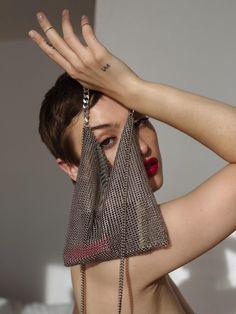 MESH bag · Saskia Diez Source by darianikitinska outfits 2020 Winter Trends, Miu Miu Tasche, Fashion Bags, Womens Fashion, Beaded Bags, Clutch, Facon, Evening Bags, Jimmy Choo