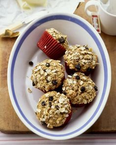 A hearty oat mixture is baked into these treats; they derive most of their moisture and sweetness from bananas and applesauce. Muffin Recipes, Brunch Recipes, Muesli Recipe, Sara Anderson, Raisin Muffins, Oatmeal Muffins, Morning Glory Muffins, All Bran, Breakfast