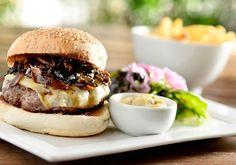 Hambúrguer de fraldinha com gruyère e molho de cogumelos