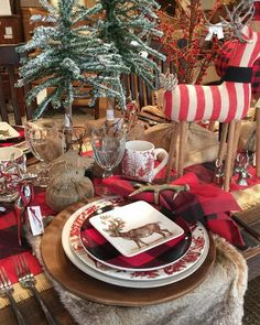 @amyspearinginteriors Pretty Christmas table scape... I especially like the faux…