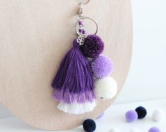 Diy Keychain, Tassel Keychain, Pom Pom Bag Charm, Diy And Crafts, Arts And Crafts, Pom Pom Crafts, Pom Poms, Handicraft, Tassels