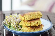 Delicious savoury cakes made with roasted cauliflower, kale and quinoa cooked in mild spices Quinoa Cake, How To Cook Quinoa, Roasted Cauliflower, Savoury Cake, How To Make Cake, Kale, Vegetarian Recipes, Spices, Chicken
