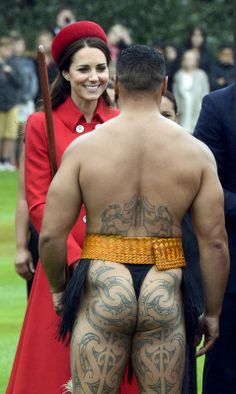 The Duke and Duchess of Cambridge are greeted by traditional Maori warriors while attending a ceremonial welcome in Wellington, New Zealand. Ta Moko Tattoo, Henna, Maori Tribe, Maori People, Long White Cloud, Maori Art, Kiwiana, Katie Holmes, Costume