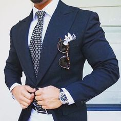 perfect effect with this white pant, I would skip this non subtle belt, to make make it even better #menssuitsblue
