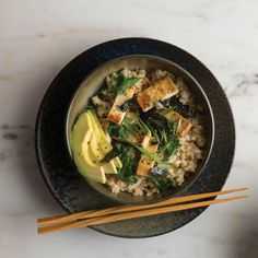 This nutrient-rich meal full of tofu, kale, avocado, nori, and brown rice will help you eat in a way that promotes vital energy. Healthy Cooking, Healthy Life, Healthy Eating, Healthy Recipes, Veggie Rice Bowl, Rice Bowls, Small Meals, Brown Rice, Kale