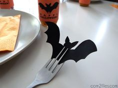 Halloween - marque place chauve-souris Diy Halloween, Décoration Table Halloween, Halloween Orange, Theme Halloween, Halloween School Treats, Halloween Table Decorations, Halloween Birthday, Halloween Projects, Halloween 2017