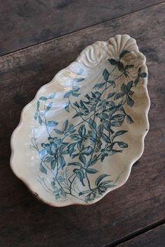 鳥がいっぱいの陶プレート。バターやクリームが染み込んだような良い色合い。縁に小さな欠けが見られます。フランスらしい軟質陶器。とにかく絵柄の愛らしいお皿です。*アンティーク品につき、経年による小傷や汚れがあります。