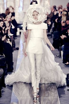 Chanel at Couture Spring 2009 60 Fashion, Runway Fashion, Fashion Show, Fashion Design, Fashion Trends, Chanel Fashion, Female Fashion, Chanel Wedding Dress, Couture Wedding Gowns