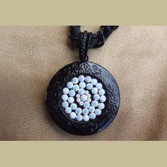 http://aupaysdessenteurs.com/817-1898-thickbox/collier-cristal-de-swarovski-chalkwhite-pendentif-porte-photo-couleur-noir-artisanal-.jpg